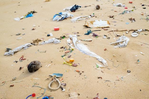 Vervuiling en vuilnis op het strand