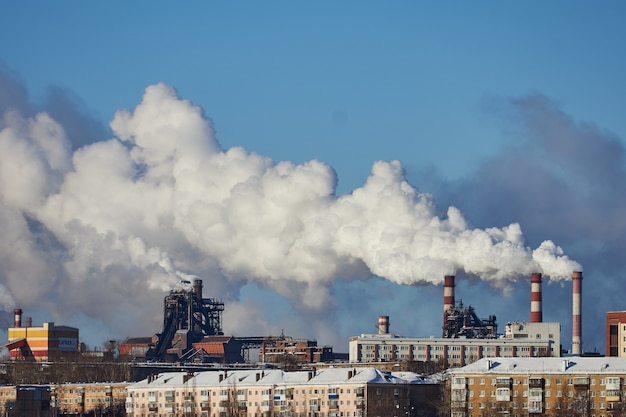 Vervuiling van de atmosfeer door fabriek. uitlaatgassen. milieuramp. slecht milieu in de stad. rook en smog. schadelijke emissies naar het milieu