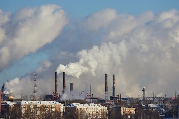 Vervuiling van de atmosfeer door fabriek. uitlaatgassen. milieuramp. slechte omgeving in de stad. rook en smog. schadelijke emissies in het milieu