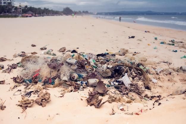 Vervuilingen en vuilnis in zee en op het strand