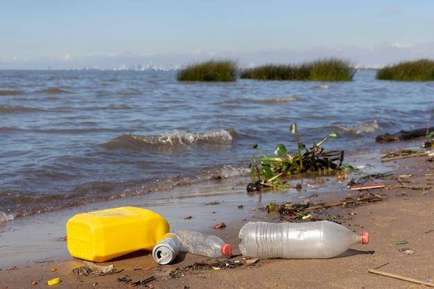 Vervuilingsconcept met plastic afval