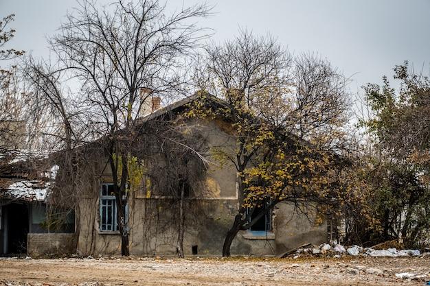 Verwaarloosd verwoest en vernietigd gebouw dat langzaam uit elkaar valt