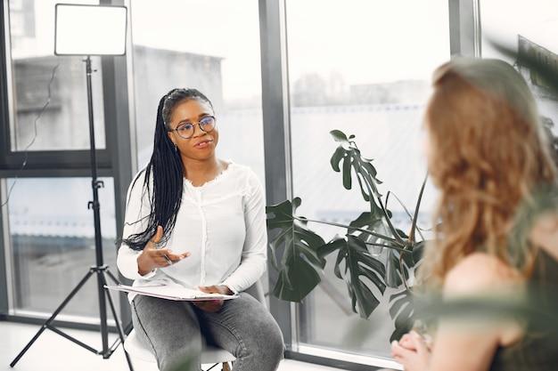 Verwacht paar op huisraadpleging. bezoekende psycholoog voor relatiebegeleiding.