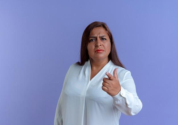 Verward casual blanke vrouw op middelbare leeftijd die je gebaar toont