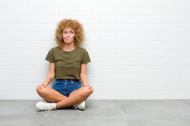 Verward en verward kijken, zich afvragen of een probleem proberen op te lossen of denken