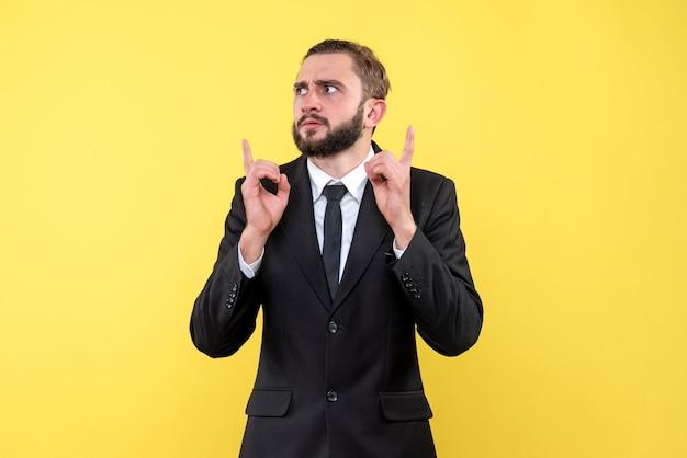 Verwarde jonge man die een oplossing probeert te vinden over geel