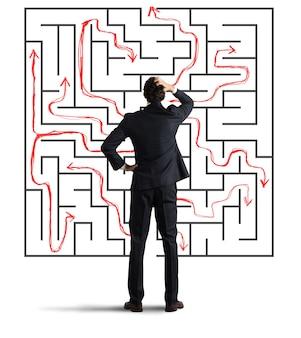 Verwarde man in de resolutie van een labyrint