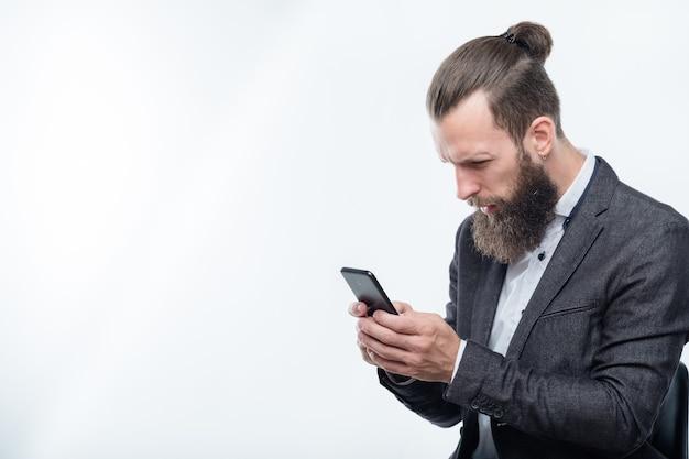 Verwarde man leest info in zijn telefoon. slecht nieuws of schokkende post op sociaal netwerk.