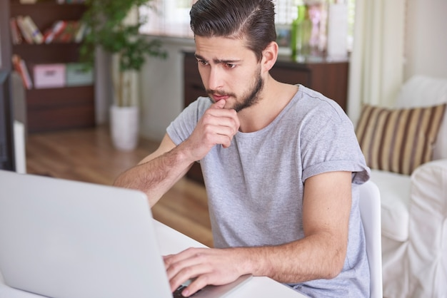 Verwarde man zit achter zijn computer