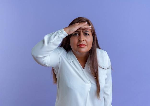Verwarde toevallige kaukasische vrouw van middelbare leeftijd met hand