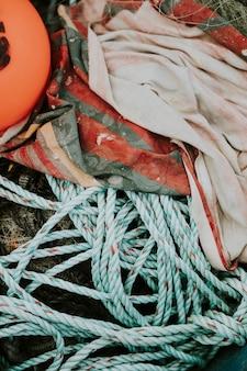 Verwarde touwen en netten achtergelaten op het strand
