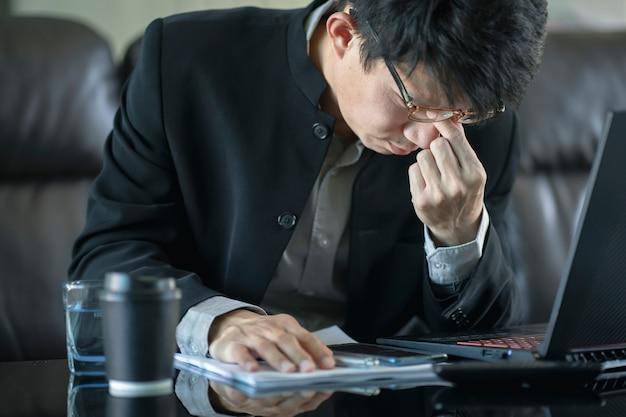 Verwarde zakenman met beklemtoond en ongerust gemaakt over werkfout en problemen.