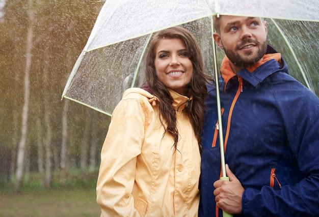 Verwarmd door liefde op een regenachtige dag