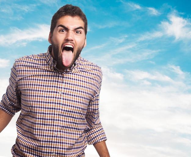 Verwarmde man steekt zijn tong uit