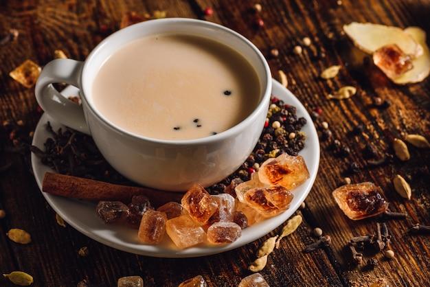 Verwarmende masala chai met kruiden