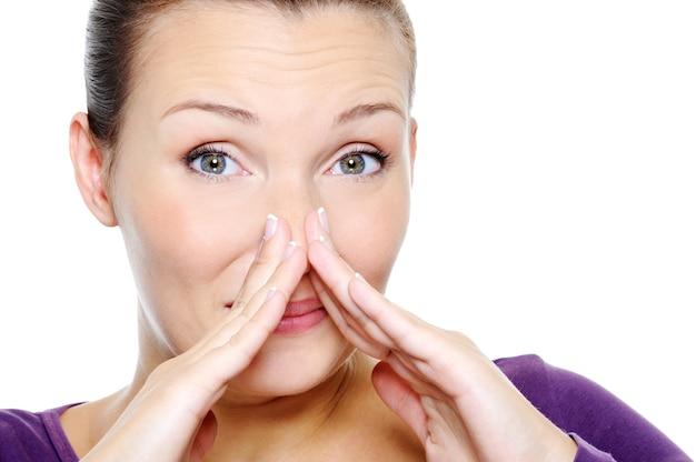 Verwarring vrouw die haar neus dichtknijpt