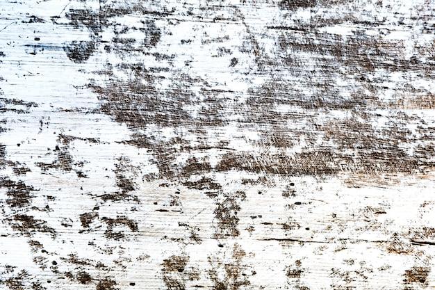 Verweerd hout met witte beschildering
