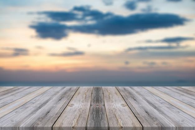 Verweerde planken bij zonsondergang