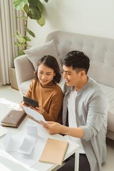 Verwerking van online betaling. man en vrouw die online betalingen verwerken tijdens het online winkelen