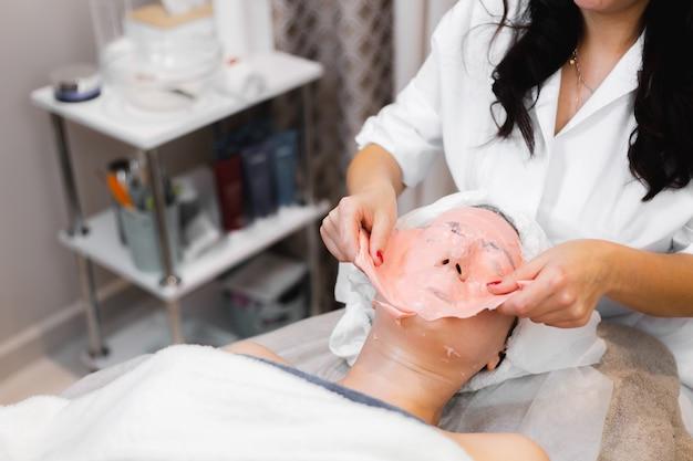 Verwijder alginaatmasker proces schoonheidssalon