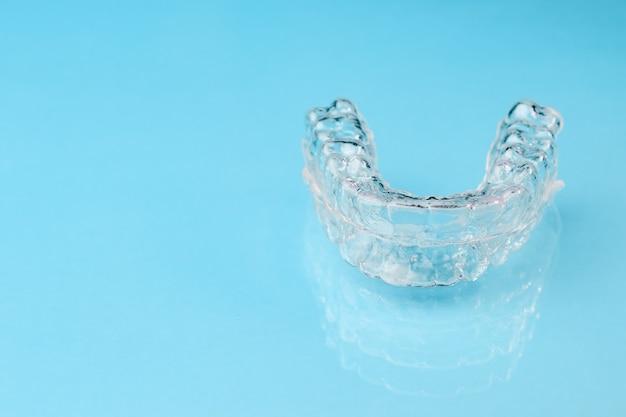 Verwijderbare tandenhouders geïsoleerd op blauw