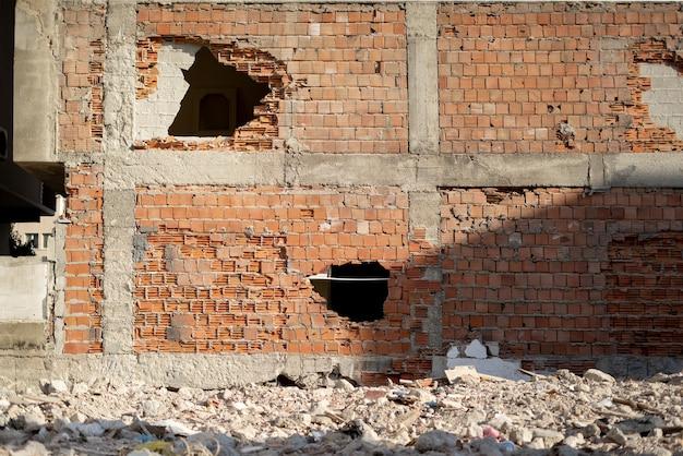 Verwoeste bouwplaats en puin