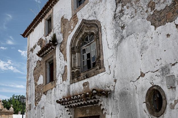 Verwoeste gebouw gevel met gebroken ramen