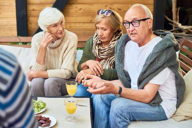 Verzamelen van vrienden bij outdoor cafe