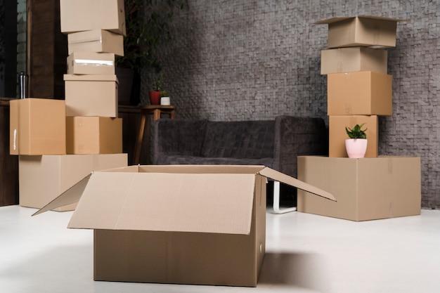 Verzameling kartonnen dozen klaar om te worden verplaatst