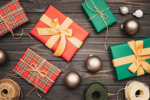 Verzameling kerstcadeaus en andere items