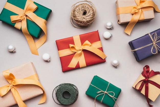 Verzameling kerstcadeaus met string en globes