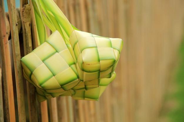 Verzameling ketupat gemaakt van kokosnootbladeren