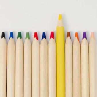 Verzameling potloden met alleen een gele