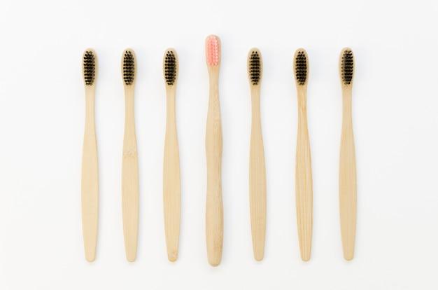 Verzameling tandenborstels met alleen een roze