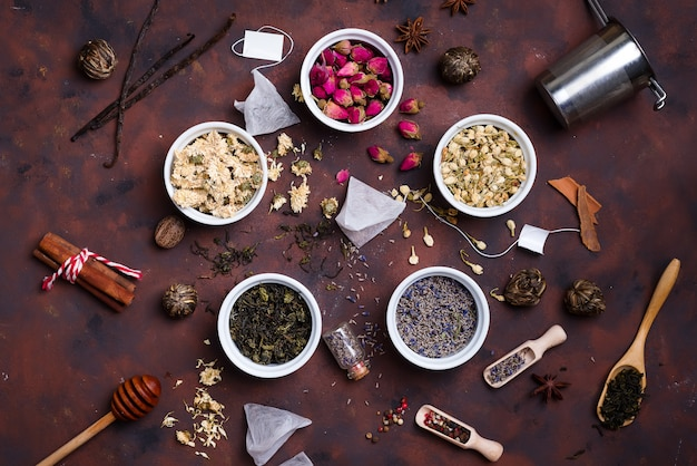 Verzameling thee en natuurlijke additieven in kommen