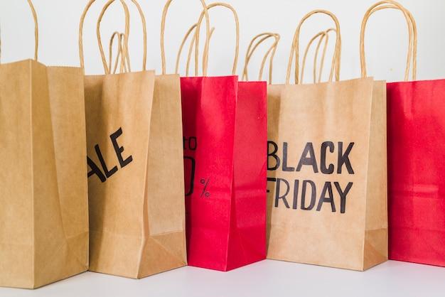 Verzameling van ambachtelijke winkelpakketten met verkoop inscriptie