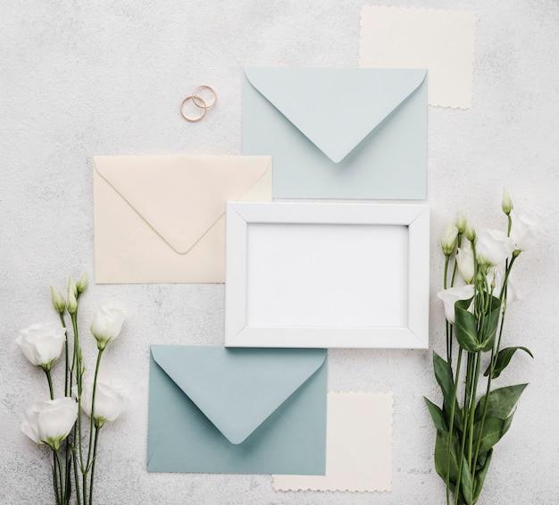 Verzameling van bruiloft uitnodiging enveloppen met bloemen