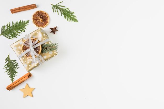 Verzameling van cadeau bx en verschillende kerstversiering