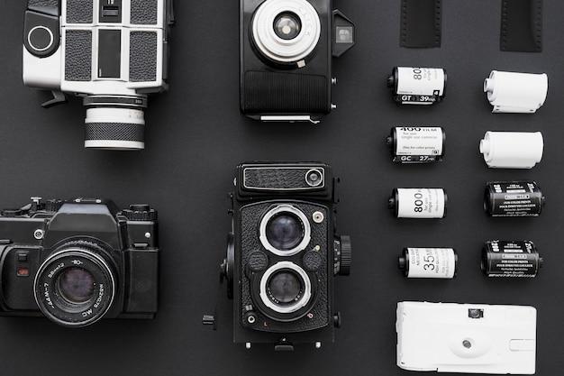 Verzameling van camera's dichtbij rijen van film