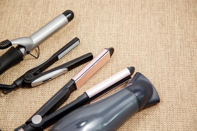 Verzameling van de professionele kapper apparaten - föhn, curling, plooiing, stijltang