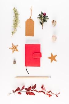 Verzameling van een notebook, potlood, tag en bloem
