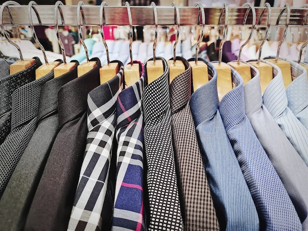 Verzameling van formele herenoverhemden die op het rek hangen
