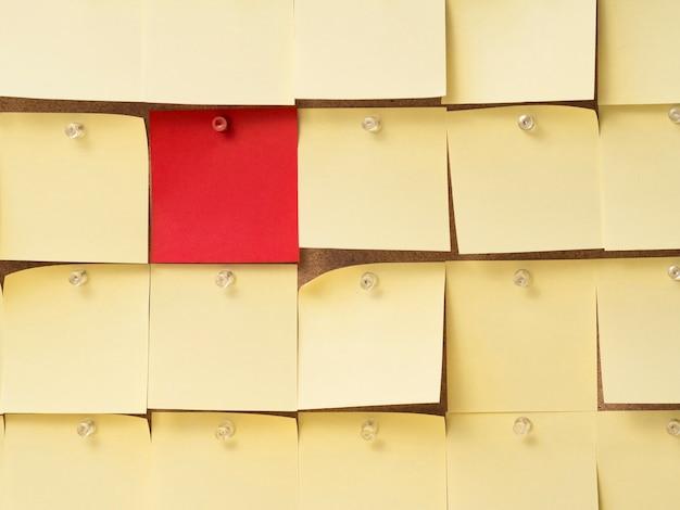 Verzameling van gele plaknotities rond een rode
