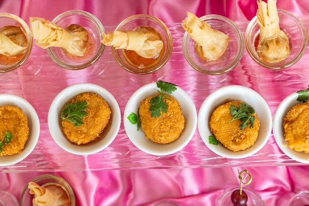 Verzameling van heerlijke dessert voor feest of bruiloft, gastronomie.