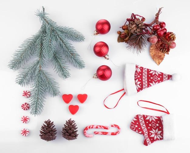 Verzameling van kerstobjecten geïsoleerd op een witte ondergrond