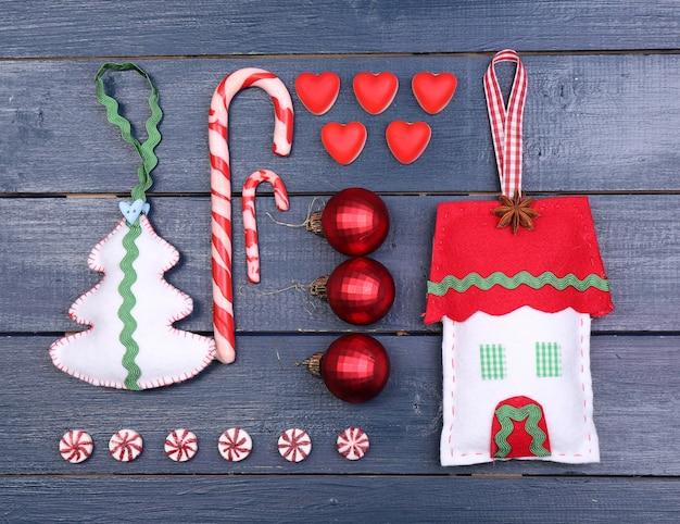 Verzameling van kerstvoorwerpen op een houten kleurtafel