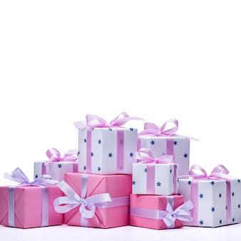 Verzameling van kleurrijke cadeaus voor dames met roze lint voor het vieren van verjaardag