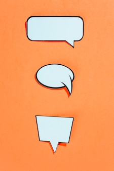 Verzameling van komische stijl tekstballonnen op een oranje achtergrond