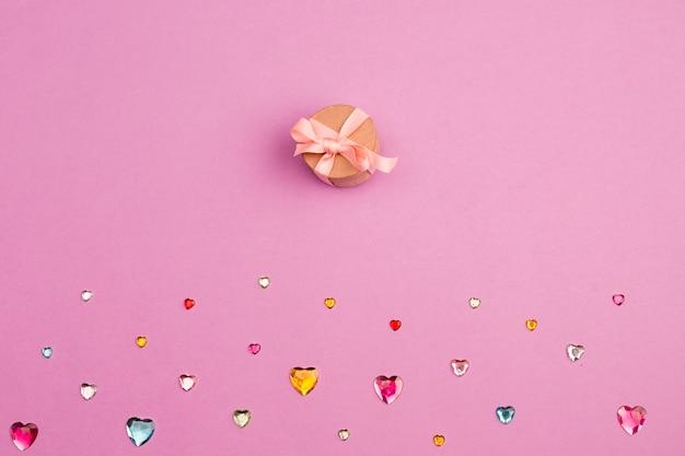 Verzameling van kristallen harten en geschenkdoos