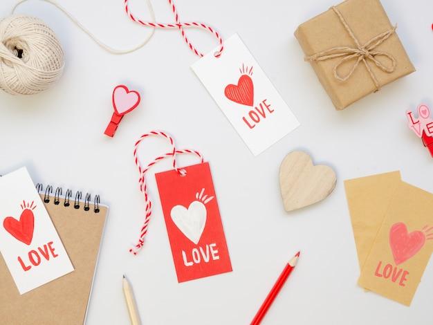 Verzameling van liefde tags met cadeautjes